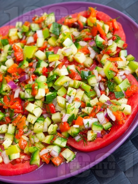 Редена салата с розови домати и печени чушки - снимка на рецептата